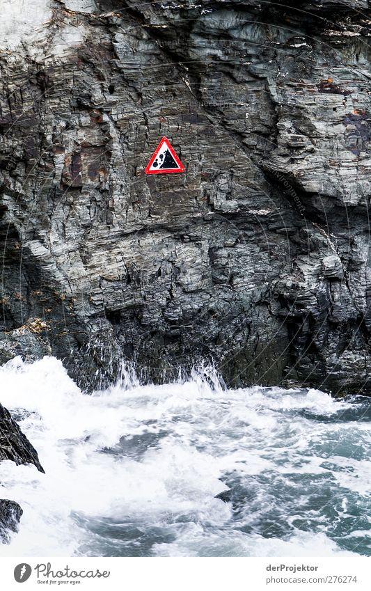 Vorsicht: Steinschlag Natur Wasser Pflanze dunkel Küste Felsen Regen Wellen Kraft Wind Hinweisschild bedrohlich Aggression kahl steil schlechtes Wetter