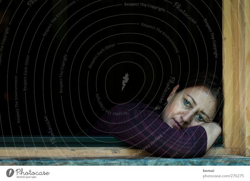 Im schwarzen Loch Häusliches Leben Mensch feminin Frau Erwachsene Kopf Gesicht Auge Nase Mund Arme 1 30-45 Jahre Haus Hütte Fenster Fensterrahmen träumen