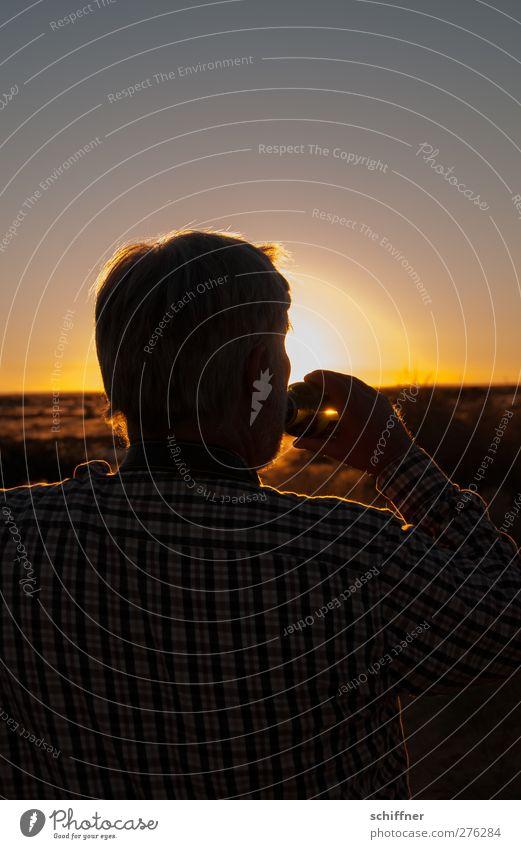 Sundownen Mensch Mann Erwachsene gelb Glück maskulin trinken 45-60 Jahre Wüste Bier Sehnsucht Männlicher Senior Lebensfreude Steppe Namibia Zuprosten