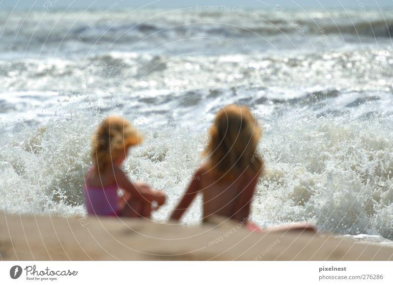 Mädchen vor der tosenden Brandung Mensch Kind Wasser Sommer Sonne Meer Strand Freude feminin Sand Wellen blond Kindheit sitzen Schönes Wetter