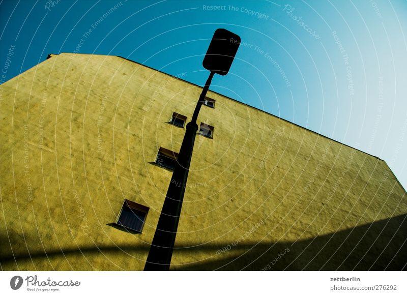 Lampe vor Giebel Stadt Stadtzentrum Haus Bauwerk Gebäude Architektur Mauer Wand Fassade Fenster Dach gut hoch schön Schattenseite Laterne Neigung diagonal