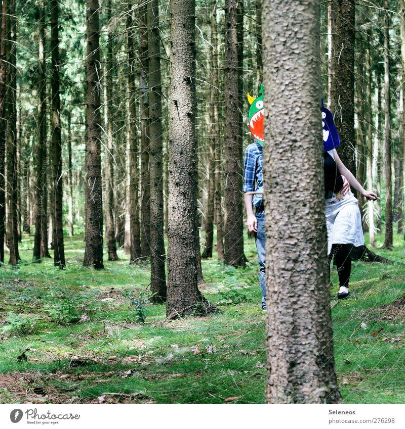 hide us Ausflug Sommer Mensch 2 Umwelt Natur Landschaft Schönes Wetter Pflanze Baum Gras Moos Wald Maske stehen Fröhlichkeit Monster verstecken Versteck lustig