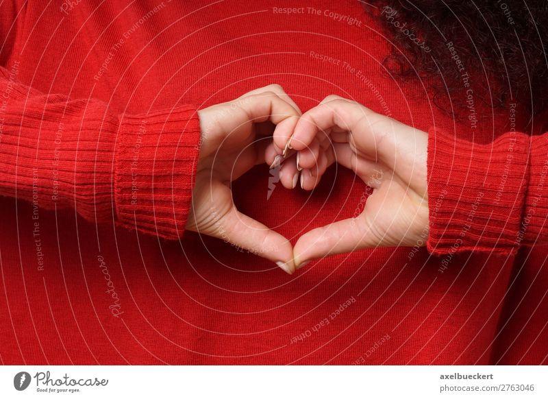 Herz Symbol Handzeichen Frau Mensch Jugendliche Junge Frau rot Mädchen 18-30 Jahre Erwachsene Liebe feminin Gefühle Freundschaft 13-18 Jahre Finger