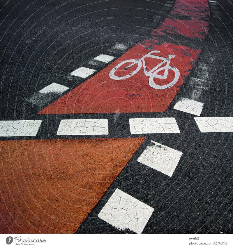 Rolling home Verkehr Verkehrswege Straße Markierungslinie Fahrradweg dick eckig Stadt orange rot schwarz weiß Symbole & Metaphern Strichellinie Riss alt