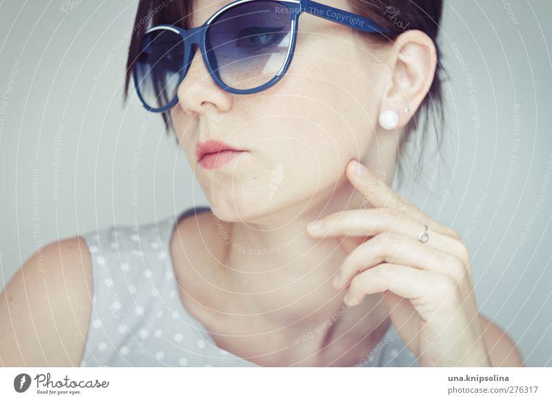 50s Lifestyle Stil schön Schminke feminin Junge Frau Jugendliche Erwachsene Gesicht Hand 1 Mensch 18-30 Jahre Mode Bekleidung Kleid Accessoire Schmuck Ring