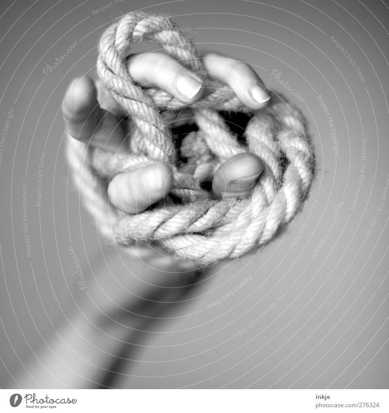 Kralle einer MakrameeEule Hand Finger lernen Seil Schnur fest chaotisch durcheinander anstrengen Irritation Knoten üben Misserfolg Präzision wickeln