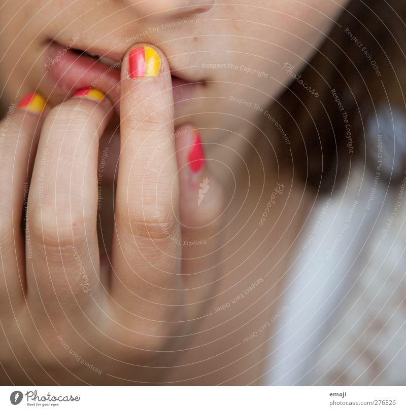 Kunst auf kleinstem Raum Mensch feminin Finger einzigartig Nagellack lackiert Nagelstudio