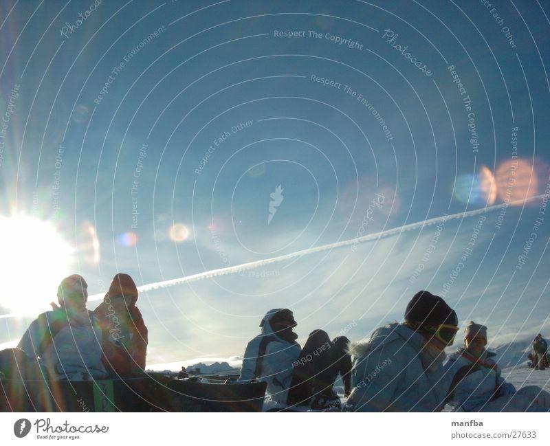 Die Sonne im Rücken Schnee Menschengruppe Snowboarder