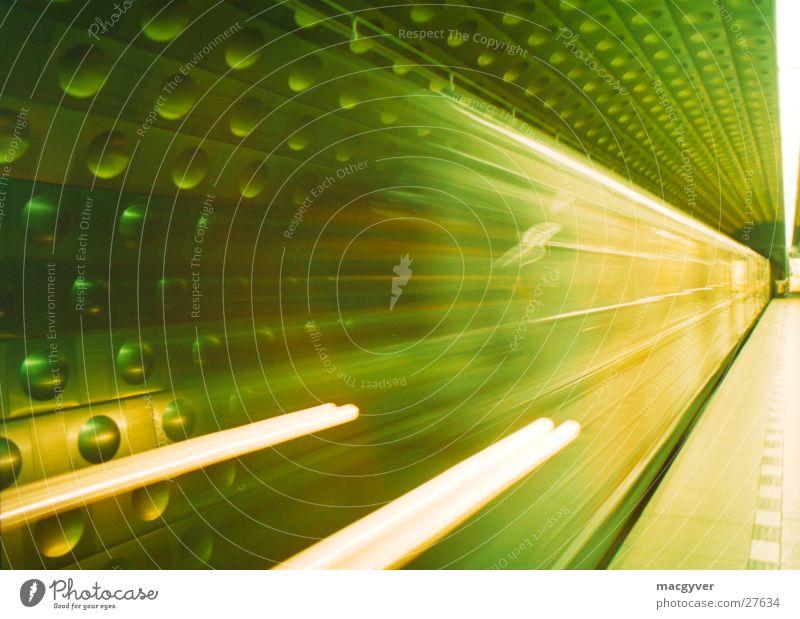 Zeitreise Eisenbahn Geschwindigkeit fahren U-Bahn Bahnhof London Underground Untergrund Bahnsteig Prag