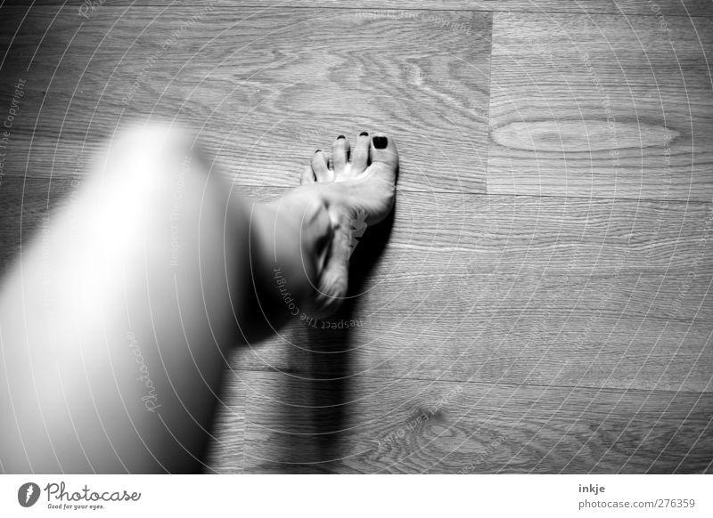 eins,..... schön Körperpflege Pediküre Nagellack Gesundheit Freizeit & Hobby Holzfußboden Frau Erwachsene Leben Beine Fuß 1 Mensch gehen laufen stehen Bewegung