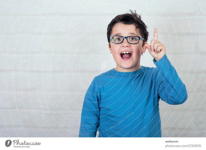Junge mit Brille, der mit dem Finger nach oben zeigt. Lifestyle Freude Bildung Kind Schule Schulkind Schüler sprechen Mensch maskulin Kindheit 1 8-13 Jahre