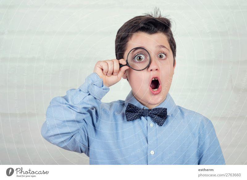 überraschtes Kind, das durch die Lupe schaut. Lifestyle lesen Wissenschaften Schule Mensch maskulin Kindheit 1 8-13 Jahre beobachten Bewegung entdecken