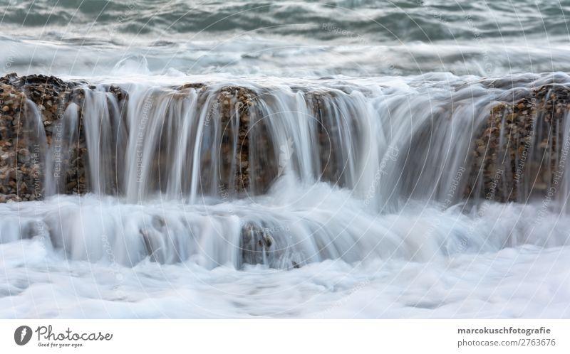 Steinmauer wird von Welle überspült Meer Wellen Umwelt Natur Wasser Insel See Bach Fluss Wasserfall Spanien Schwimmen & Baden Erholung Flüssigkeit blau grau