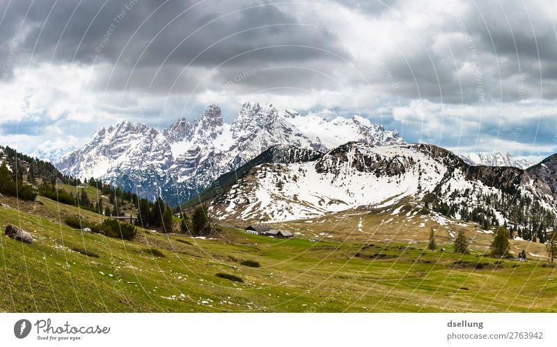 Schneebedeckte Berggipfel mit bewölktem Himmel Sonnenlicht malerisch mehrfarbig Europa Klima Urelemente Tourismus Wolken weite groß hoch fest gigantisch Italien