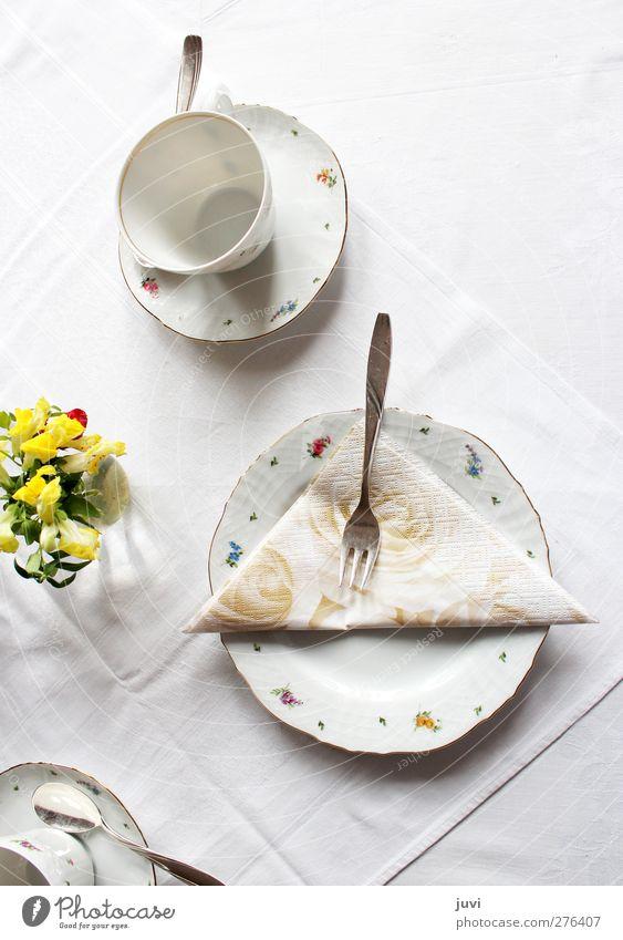 """""""Zum Kaffee geladen"""" Geschirr Teller Tasse Besteck Gabel Löffel Dekoration & Verzierung Blume Blumenstrauß einfach gelb grau silber weiß ruhig Reinheit"""