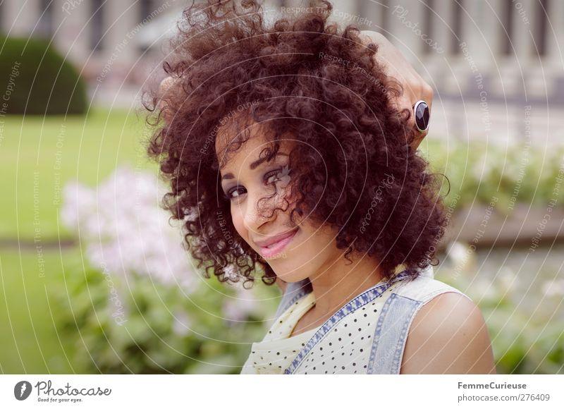 Lockenpracht. Mensch Frau Jugendliche Stadt schön Sommer Erwachsene feminin Leben Junge Frau Haare & Frisuren Freiheit Stil Mode Zufriedenheit Wind