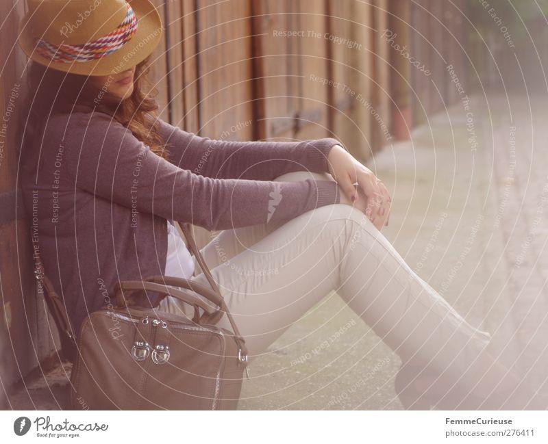 Siesta. Mensch Frau Jugendliche Ferien & Urlaub & Reisen Sommer Sonne Erwachsene Erholung Gesicht Ferne feminin Wand Junge Frau Zufriedenheit 18-30 Jahre sitzen