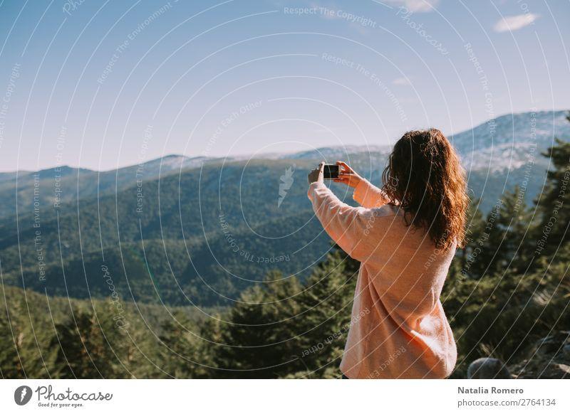 Frau Mensch Himmel Ferien & Urlaub & Reisen Natur Sommer schön grün Landschaft Baum Berge u. Gebirge Lifestyle Erwachsene Herbst Sport Freiheit