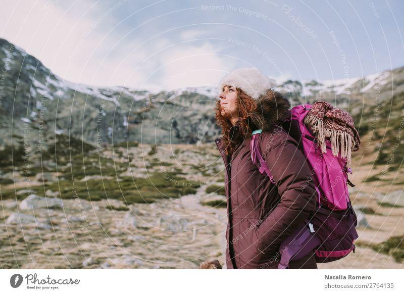 Bergsteigerin Mädchen ihr Rücken schaut sich in den hohen Bergen um. Lifestyle schön Erholung Freizeit & Hobby Ferien & Urlaub & Reisen Tourismus Ausflug