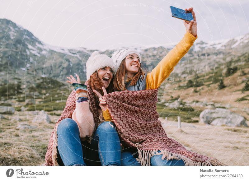 zwei Mädchen sitzen auf der Wiese und machen ein Foto. Lifestyle Freude Glück schön Ferien & Urlaub & Reisen Tourismus Abenteuer Freiheit Berge u. Gebirge
