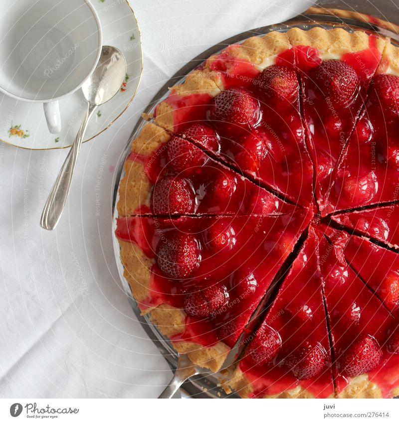 Magst'n Stück Erdbeertorte? Lebensmittel Frucht Kuchen Ernährung Kaffeetrinken Geschirr Tasse Löffel lecker rot weiß Erdbeeren selbstgemacht Farbfoto