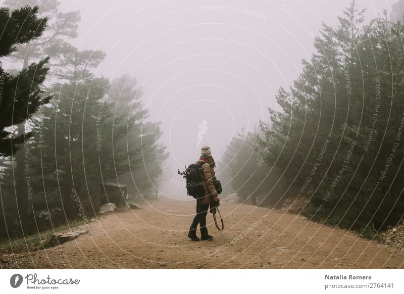 ein Mädchen in der Mitte einer Straße Lifestyle schön Freizeit & Hobby Ferien & Urlaub & Reisen Tourismus Ausflug Abenteuer Freiheit Berge u. Gebirge wandern