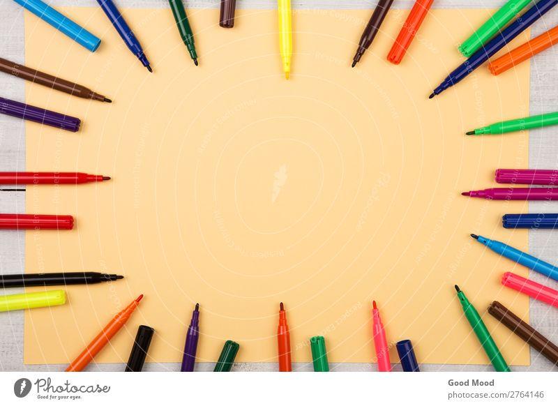 Rundrahmen aus bunten Filzstiften und gelbem Papier Design Tisch Schule Büro Business Werkzeug Menschengruppe Kunst Schreibstift zeichnen Farbe Hintergrund
