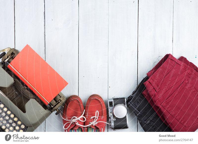 Schreibmaschine, Jeans, Kamera, Schuhe auf dem weißen Schreibtisch Leben Ferien & Urlaub & Reisen Ausflug Tisch Fotokamera Bekleidung Hose Jeanshose Leder