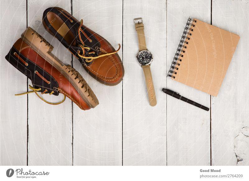 Reisekonzept - Schuhe, Notizblock und Uhr Ferien & Urlaub & Reisen Ausflug Schreibtisch Tisch Junge Mann Erwachsene Mode Bekleidung Leder Accessoire