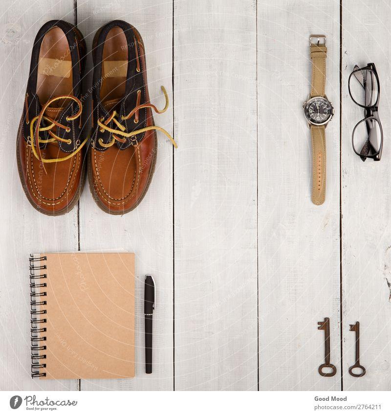 Schuhe, Notizblock, Uhr, Brille und Vintage-Schlüssel Ferien & Urlaub & Reisen Ausflug Schreibtisch Tisch Junge Mann Erwachsene Mode Bekleidung Leder Accessoire