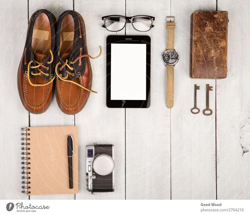 Schuhe, Kamera, Tablet-PC, Notizblock, Uhr, Brille Ferien & Urlaub & Reisen Ausflug Schreibtisch Tisch Telefon PDA Computer Fotokamera Junge Mann Erwachsene