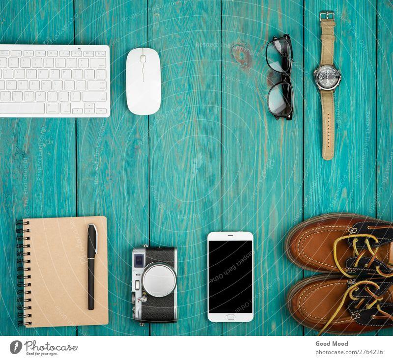 Ferien & Urlaub & Reisen Mann blau Erwachsene Holz Junge Mode Ausflug retro Aussicht Tisch Schuhe Computer Bekleidung beobachten Dinge