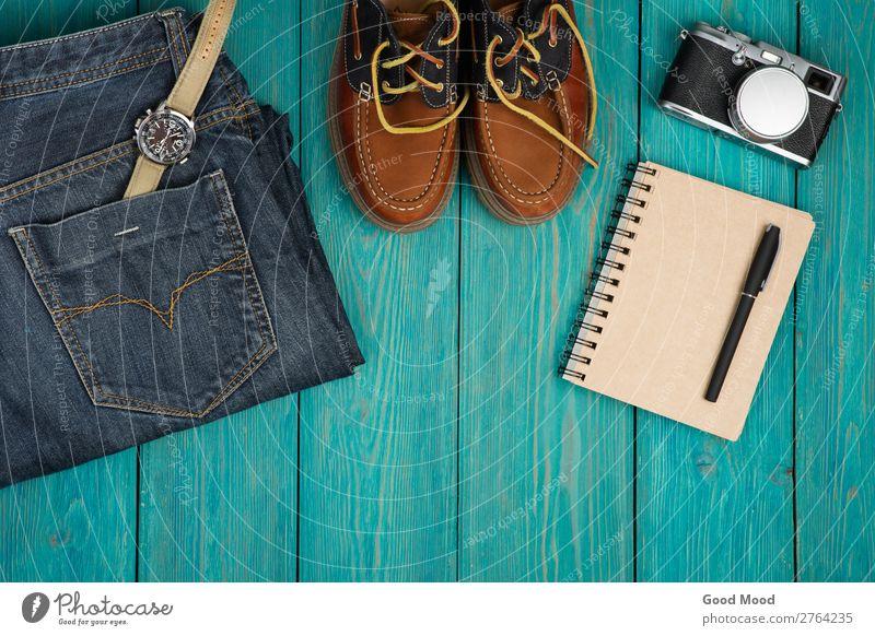 Reisekonzept - Schuhe, Jeans, Notizblock, Kamera, etc. Ferien & Urlaub & Reisen Ausflug Schreibtisch Tisch Fotokamera Junge Mann Erwachsene Mode Bekleidung Hose