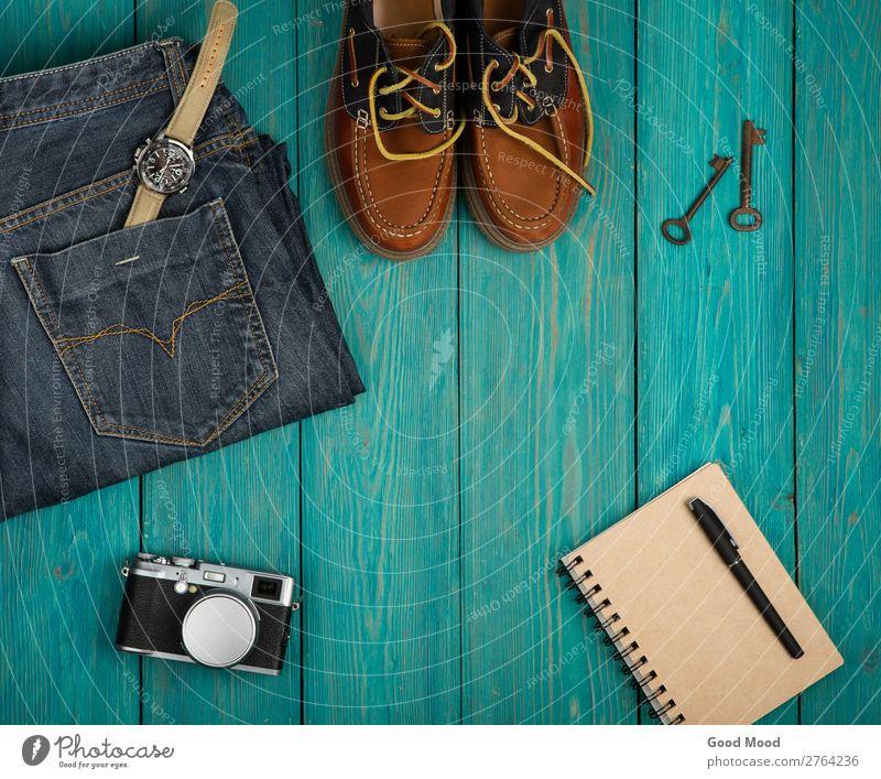 Reisekonzept - Schuhe, Jeans, Notizblock, Kamera, etc. Ferien & Urlaub & Reisen Ausflug Schreibtisch Tisch Fotokamera Mode Bekleidung Hose Jeanshose Leder