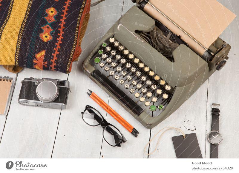 Schreibmaschine, Notizblock, Kamera, Kleidung, Brille und Uhr lesen Ferien & Urlaub & Reisen Ausflug Tisch Fotokamera Bekleidung Hose Pullover Accessoire Rudel