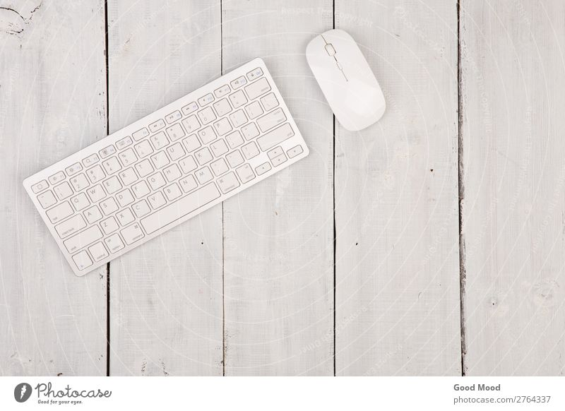 Kabellose schlanke Tastatur und Maus auf Holzuntergrund Apfel Arbeit & Erwerbstätigkeit Arbeitsplatz Büro Business Computer Notebook Werkzeug