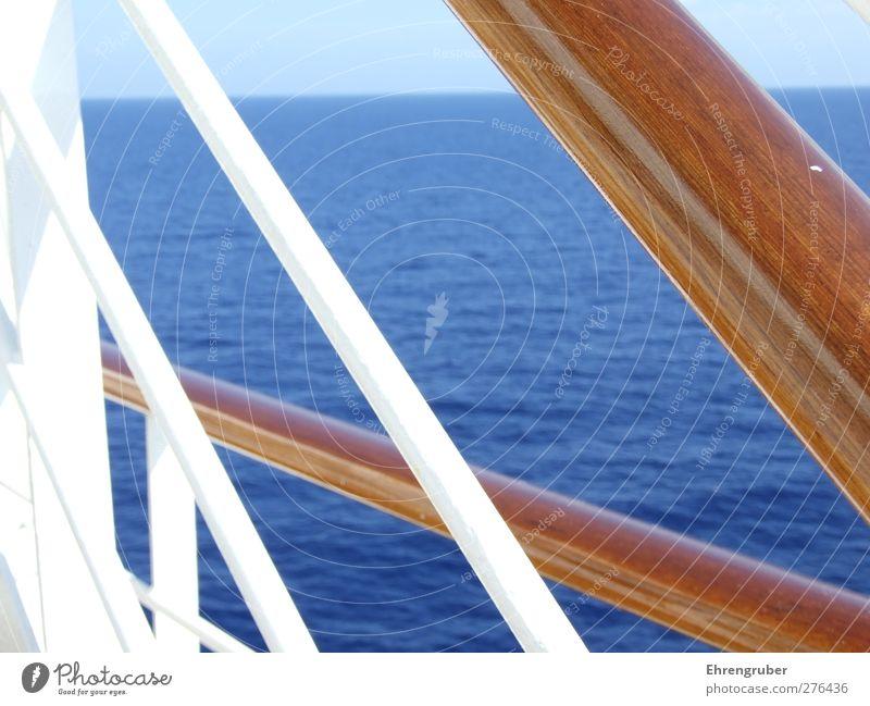 Holz, Stahl und Meer Kreuzfahrt Schifffahrt Passagierschiff Kreuzfahrtschiff Erholung blau braun Fernweh Farbfoto Außenaufnahme Menschenleer Tag Sonnenlicht