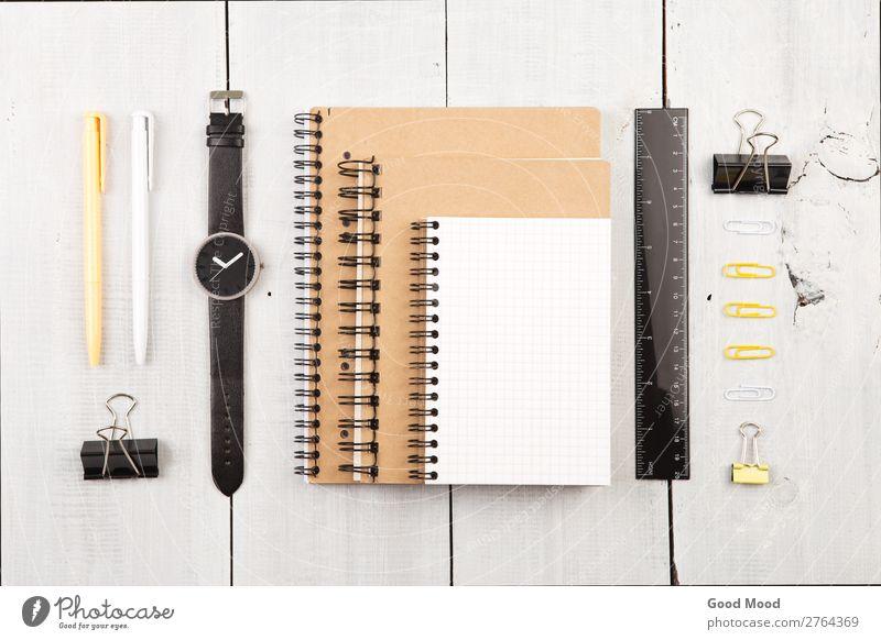 Arbeitsplatz mit Notizblock, Uhr, sonstigem Bürobedarf lesen Schreibtisch Tisch Arbeit & Erwerbstätigkeit Business Papier Schreibstift Holz Linie beobachten