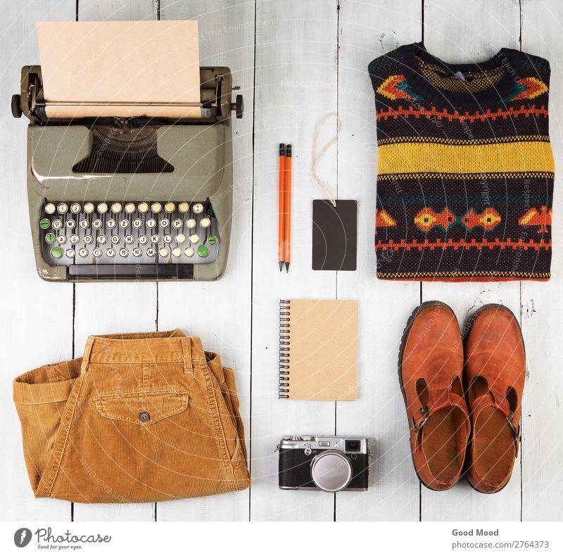 Schreibmaschine, Notizblock, Kamera, Kleidung und Schuhe lesen Ferien & Urlaub & Reisen Ausflug Tisch Fotokamera Bekleidung Hose Jeanshose Pullover Leder