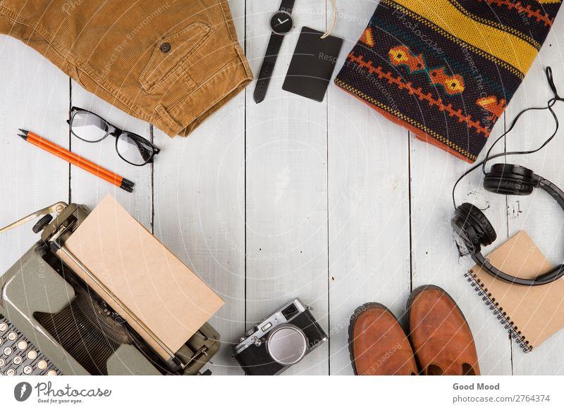 Ferien & Urlaub & Reisen alt weiß Holz Textfreiraum Ausflug retro Aussicht Tisch Schuhe Bekleidung beobachten Dinge lesen Fotokamera Hose