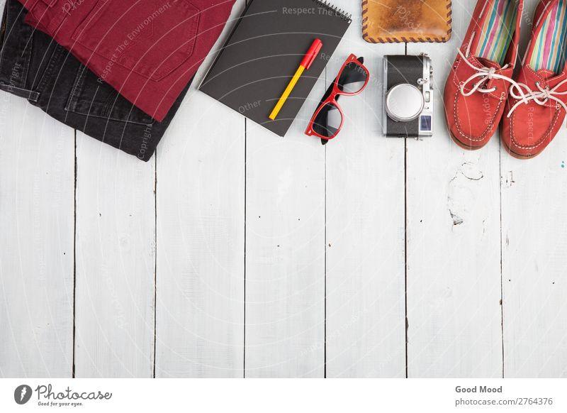 Jeans, Kleidung, Notizblock, Kamera, Schuhe, Uhr und Sonnenbrille Ferien & Urlaub & Reisen Ausflug Tisch Fotokamera Bekleidung Hose Jeanshose Leder Accessoire