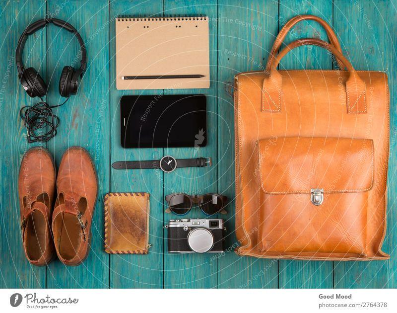 Ferien & Urlaub & Reisen alt weiß rot Holz Textfreiraum Ausflug retro Aussicht Tisch Schuhe Computer Bekleidung beobachten Dinge Fotokamera