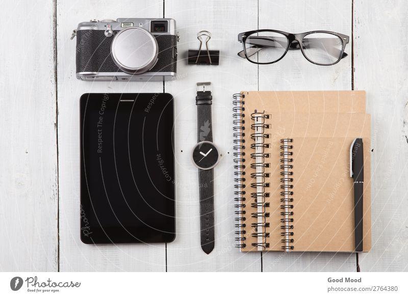 Arbeitsplatz mit Tablet PCs, Notizblocks, Kamera, Uhr lesen Ferien & Urlaub & Reisen Schreibtisch Tisch Büro Handwerk Business Computer Fotokamera Musiknoten