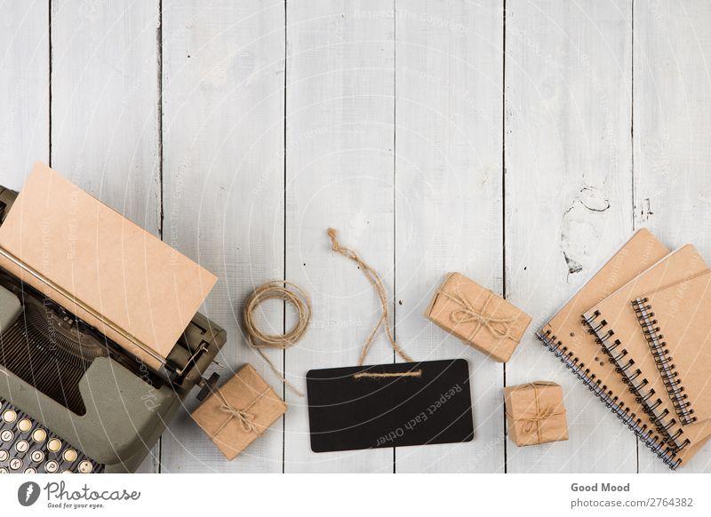 Oldtimer-Schreibmaschine, Notizbücher, Geschenkboxen und Tafel Schreibtisch Tisch Arbeitsplatz Büro Handwerk Business Seil Kunst Buch Papier Holz Hinweisschild