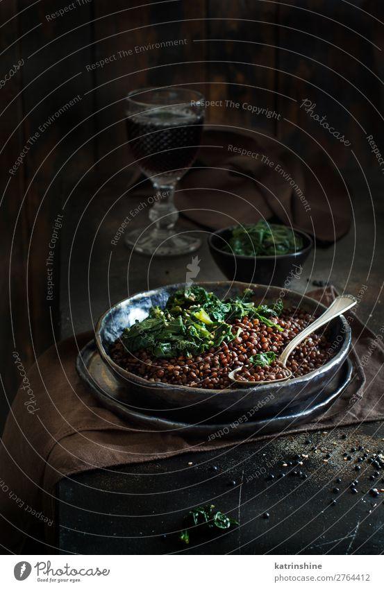 Schwarze Linsen und Spinat-Eintopf Gemüse Vegetarische Ernährung Teller Löffel dunkel schwarz Hülsenfrüchte schmoren Beluga Vegane Ernährung Lebensmittel