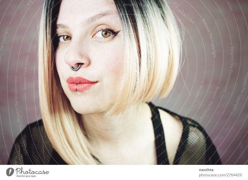 Attraktive junge und Punk-Frau mit Ombre-Frisur. Stil exotisch Freude schön Haare & Frisuren Haut Gesicht Kosmetik Schminke Lippenstift Mensch feminin