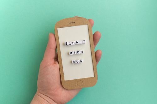 Hand mit Handy - Schalt mich aus Lifestyle Unterhaltungselektronik Telekommunikation 1 Mensch gebrauchen Erholung Kommunizieren modern türkis Tugend Laster Mut