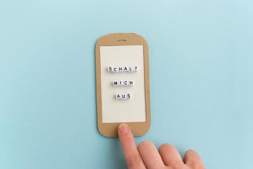 Handy - Schalt mich doch mal aus Mensch blau Zeit Kommunizieren Technik & Technologie ästhetisch Finger Geschwindigkeit Neugier Internet trendy Stress