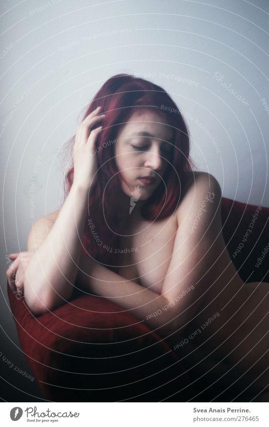 weinrot (I) feminin Junge Frau Jugendliche Körper Kopf Haare & Frisuren Gesicht Frauenbrust Bauch 1 Mensch 18-30 Jahre Erwachsene Sofa Sessel rothaarig