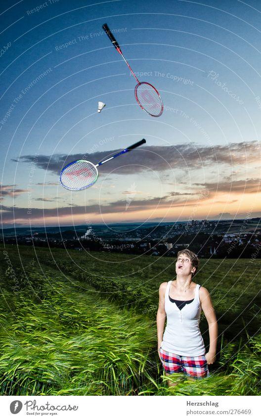 Im dunkeln lässt's sich gut munkeln Freude Freizeit & Hobby Badminton Ball Junge Frau Jugendliche 1 Mensch 18-30 Jahre Erwachsene entdecken Blick werfen